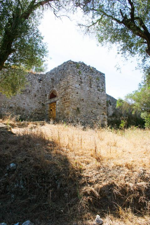 Gardiki Castle: The Castle of Gardiki is built in an idyllic location