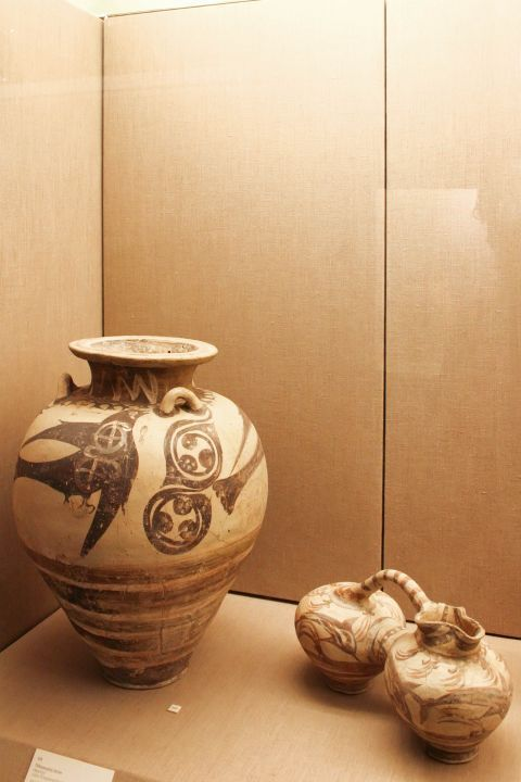 Prehistoric Thera Museum: Ceramic pitchers with swallows from Akrotiri, 1700 BC.