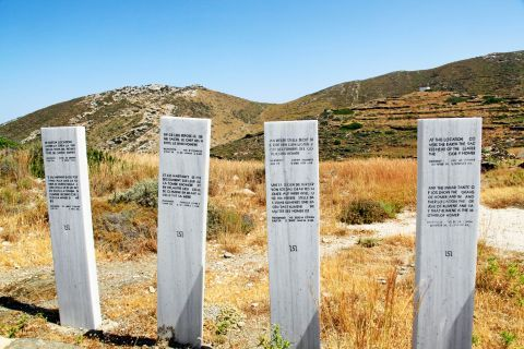 Homer Tomb: Signs, written in four different languages