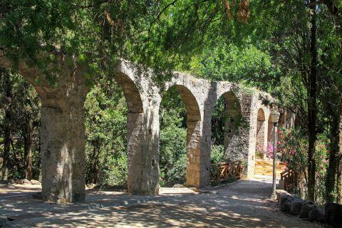 Rodini Park: Stone built arches.
