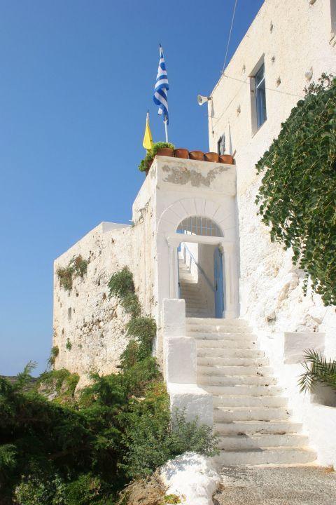 Chrissoskalitissa monastery: White walls, blue door and short vegetation