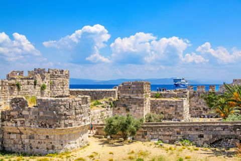 Nerantzia Castle: Neratzia Castle was built in the 14th century by the Knights of Saint John, on the site of a former Byzantine fortress.
