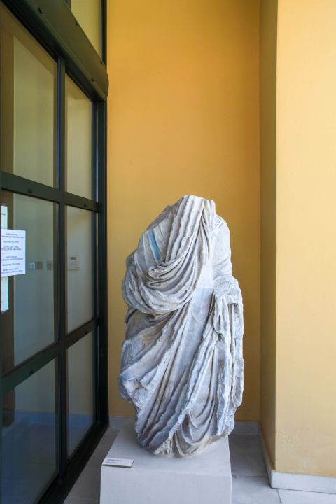 Pythagorion Archaeological Museum: The exhibits of the museum include marble statues, coins, parts of buildings and temples, ceramic vases, jewelry and other items.
