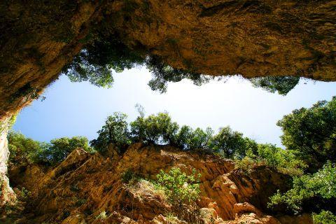 Waterfalls of Nydri: Mountainous surroundings.