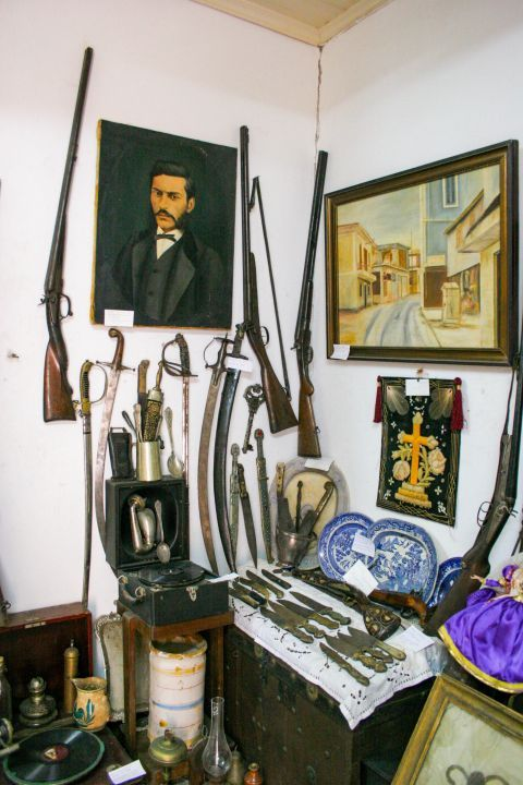 Phonographs Museum: Some guns, knives and swords that date back to the 20th century.