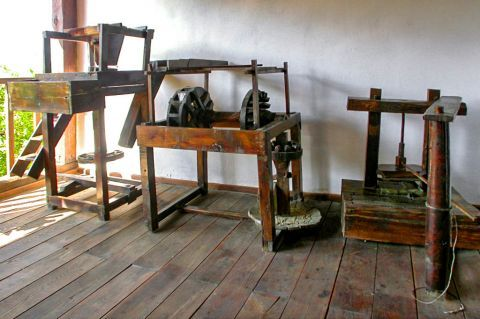 Theologos Folklore Museum: Old machines.