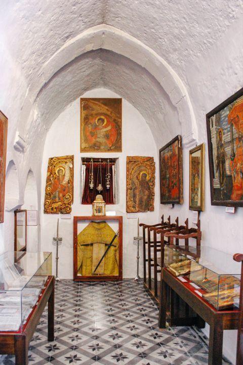 Agia Triada Church: The church of Agia Triada dates back to the 17th century