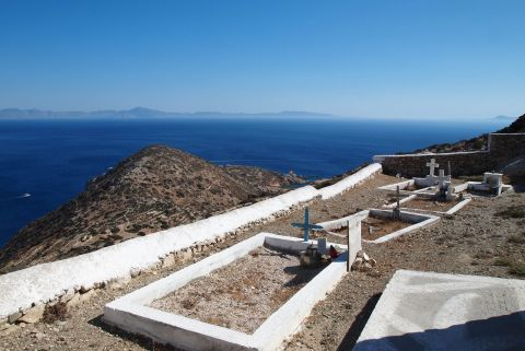 Agia Sofia Church: A pocket size cemetery facing the sea