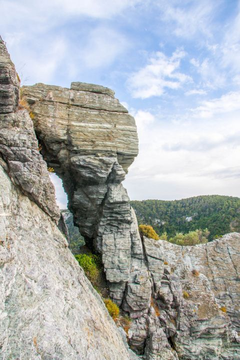 Church of Agios Ioannis Kastri: Steep cliffs.