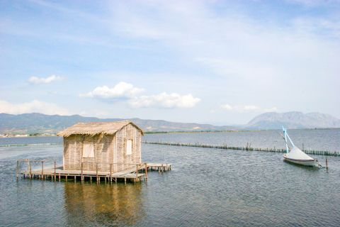 Sea Lake: Around the seawater lake, there is a picturesque swampy wetland with the lagoons canalizing the mainland.