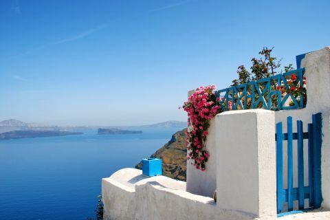 Thirassia Island: A Cycladic house overlooking the Aegean sea in Thirassia