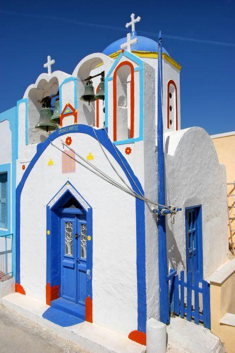 Thirassia Island: A small, Cycladic chapel in Thirassia