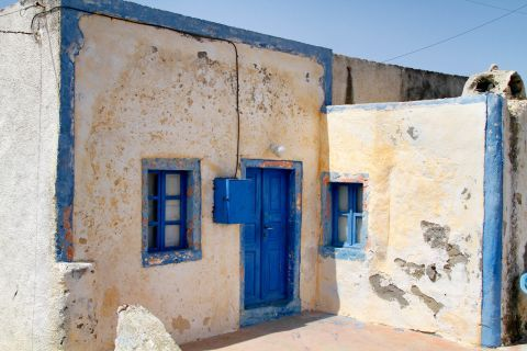 Thirassia Island: An old Cycladic building in Thirassia