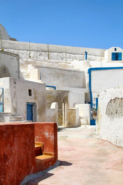 Thirassia Island: White and blue Cycladic buildings in Thirassia