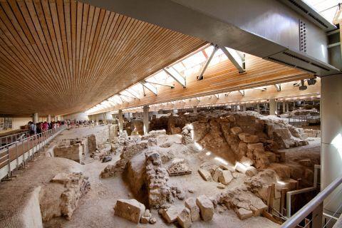 Akrotiri Minoan Site: Tourists in Akrotiri Minoan Site