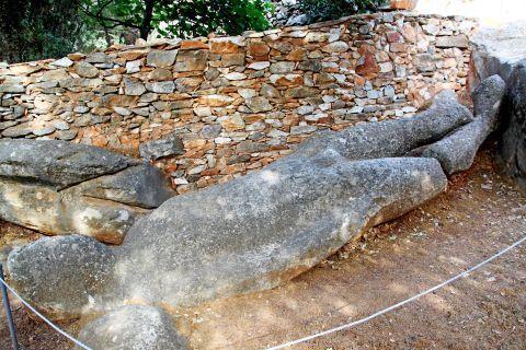 Melanes Kouros Statue: Remains of ancient temples surround Kouros statue.