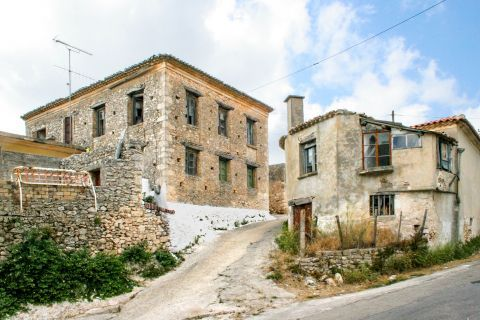 Maries: Ruined houses that create a vintage essence.