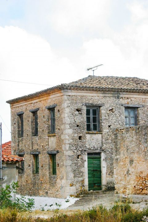 Maries: Old, stone built construction. A spacious, partly ruined building.