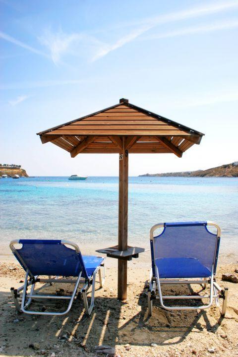 Ornos: Sun loungers and umbrellas