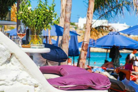 Paradise: Sunbeds with umbrellas are provided in Paradise Beach