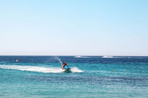 Paradise: Watersports in Paradise beach