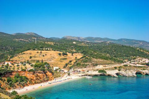 Makris Gialos: Hills with green spots.