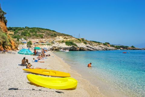 Makris Gialos: Pebbled beach with crystal clear waters.
