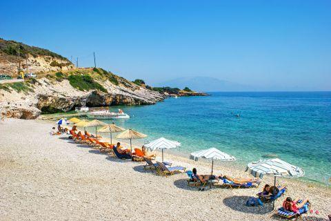 Makris Gialos: Some umbrellas and sun loungers on the sea side of Makris Gialos beach.
