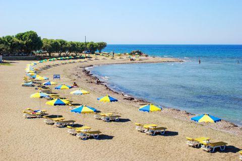 Kamiros: Spots for relaxation on Kamiros beach.