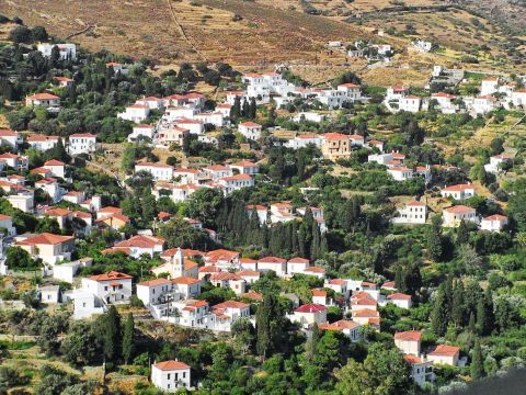 Mesathouri: Small houses and nature in Mesathouri village