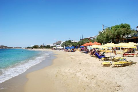 Agia Anna: An organized spot with umbrellas and sun loungers
