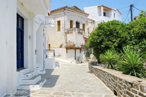 Driopida: Some of the old houses are restored, preserving the traditional architecture of the place.
