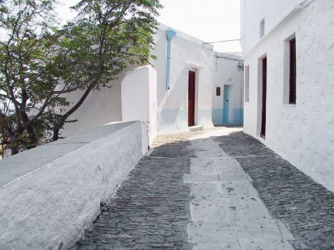 Ano Syros: Whitewashed houses
