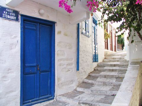 Ano Syros: Whitewashed houses with blue doors