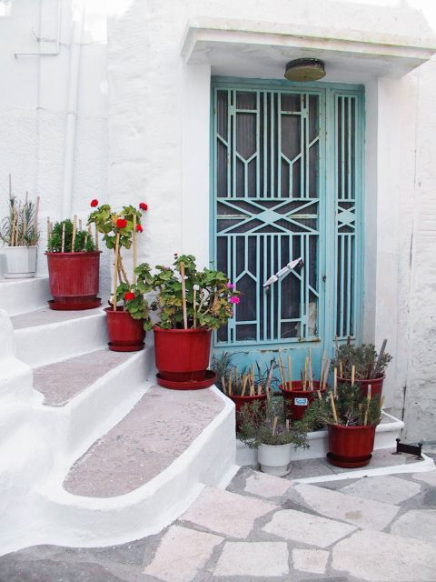 Ano Syros: A picturesque spot, with white and blue colors and flower pots