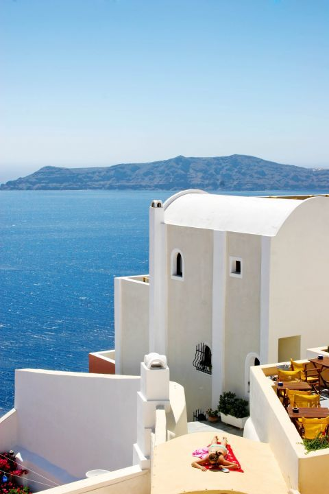 Firostefani: A white-colored house