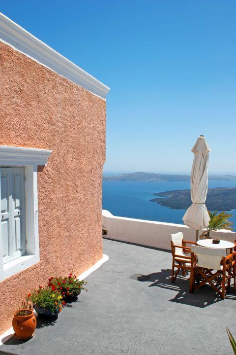 Firostefani: A beautiful yard with sea-view