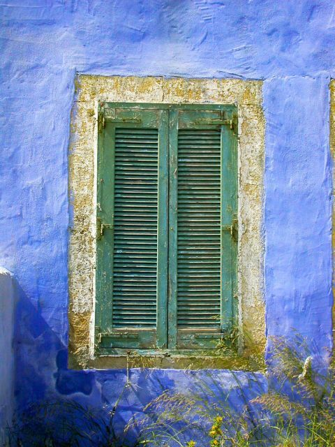 Platanos: Colorful shutters.