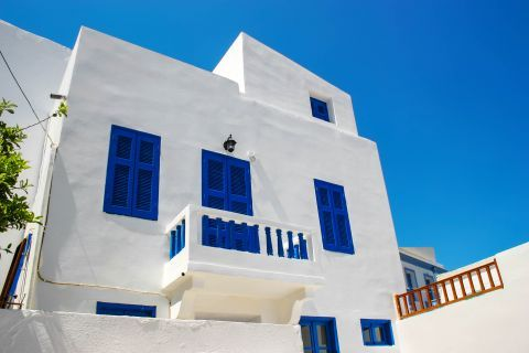 Nikia: Whitewashed house with blue colored details.