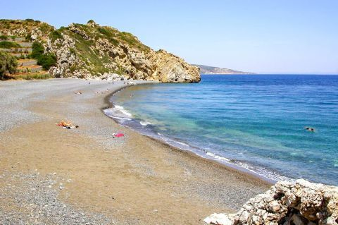 Emporios Mavros Gialos: This beach is surrounded by rocky hills with short vegetation.