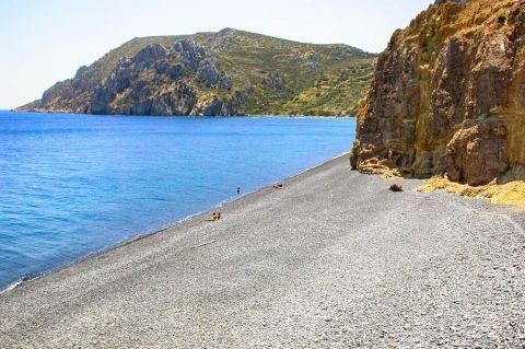 Emporios Mavros Gialos: The beach was named black beach because of its black pebbles.