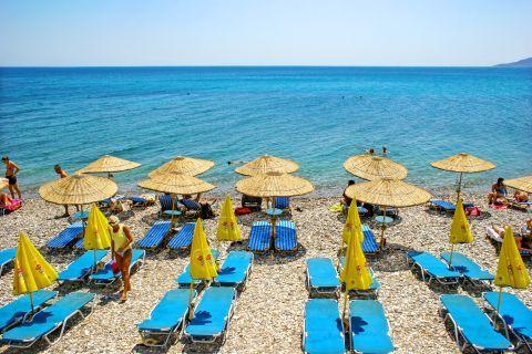 Agia Fotini: An organized spot with sun loungers and umbrellas.