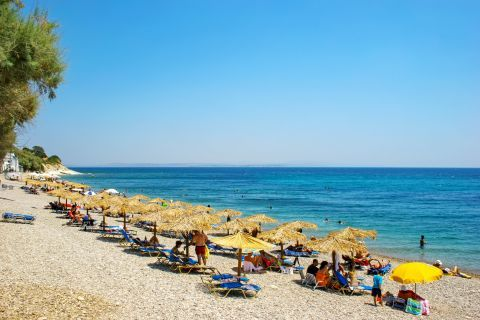 Agia Fotini: The beach is partly organized with umbrellas and sundecks.