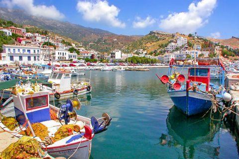 Agios Kirikos: Agios Kyrikos has been built amphitheatrically over the gulf of the port.