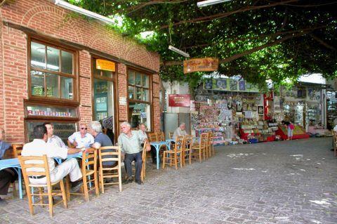 Agiassos: Traditional kafenio.
