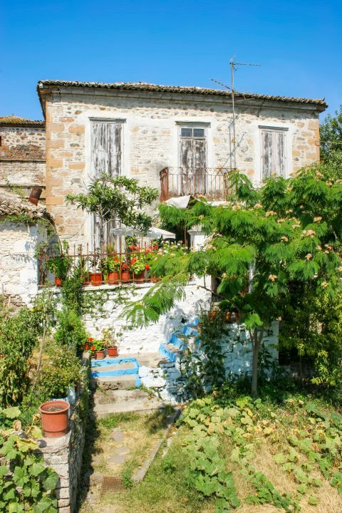Madamados: An old house with a garden and lovely flower pots.