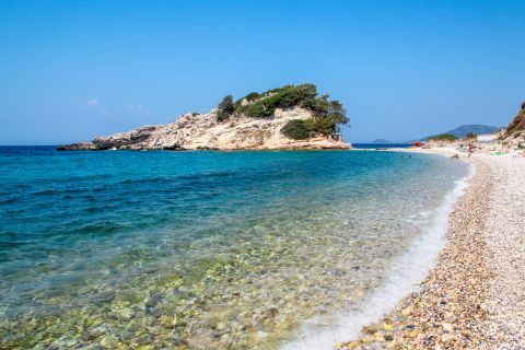 Kokkari beach: Kokkari is a beach where visitors have the opportunity to enjoy the deep blue waters of the Aegean Sea and the natural beauty of the island.