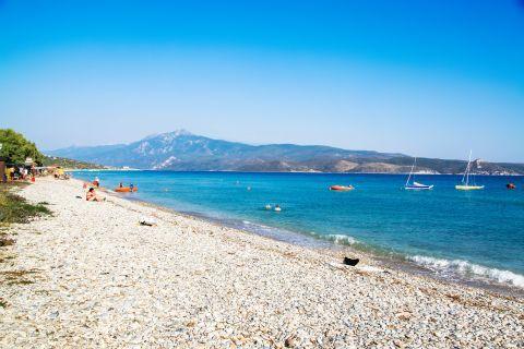 Mykali: Relaxing moments on Mykali beach.