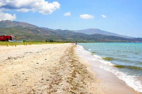Skala Prinos: Mountainous surroundings.
