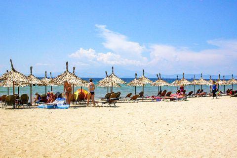 Skala Prinos: Umbrellas and sun loungers.